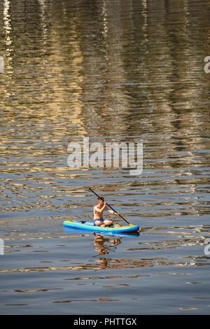 Person Paddle Boarding an der Moldau im Zentrum von Prag - Stockfoto