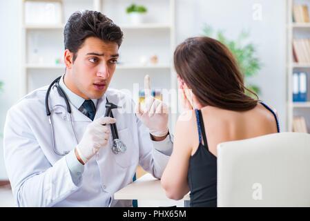 Hno-Arzt suchen in das Ohr des Patienten mit einem