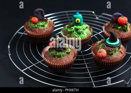 Halloween Urlaub essen bunte Fancy brownies Cupcake mit Fondant dekorieren - Stockfoto