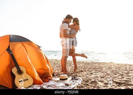Foto der jungen niedliche Paar umarmen am Strand im Freien. - Stockfoto