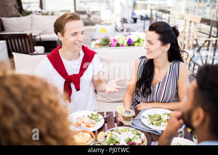 Fröhliche Menschen im Café im Freien - Stockfoto