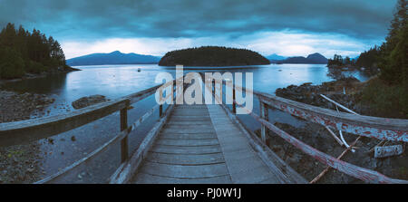Die schönen Landschaften von Bowen Island im Pazifischen Nordwesten vor der Küste von Vancouver, mit Seelandschaften, Herbst, Herbst und Blick auf den Wald. - Stockfoto