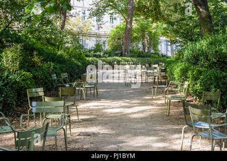 Grüne Typischen Metall Gartenmöbel Im Kreis In Einer Gasse Des