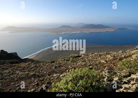 Blick auf die Insel La Graciosa aus Lanzarote, Kanarische Inseln, Spanien - Stockfoto