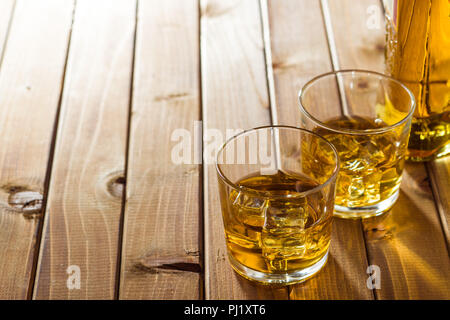 schnaps in einem glas auf eisw rfel stockfoto bild 87889390 alamy. Black Bedroom Furniture Sets. Home Design Ideas