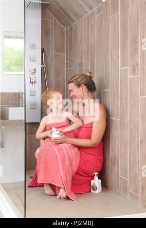 Moother und Tochter in barrierefreie Dusche in einem modernen Badezimmer - Stockfoto