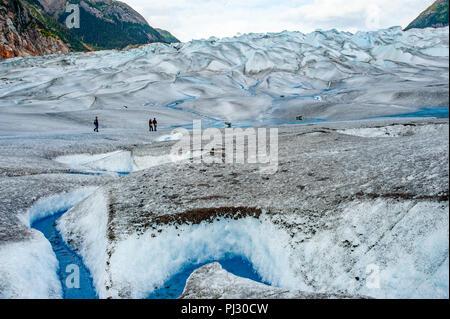 Gletscher Helikopter-tour - Juneau Alaska - touristische Wanderer auf einem Gletscher Wandern Gilkey Gletscher an der Juneau Icefield - Blau eiszeitliche Schmelzwasser - Stockfoto