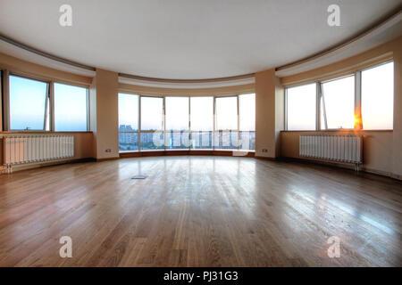 Große Glaswand in oval Wohnzimmer mit Stadtbild anzeigen ...