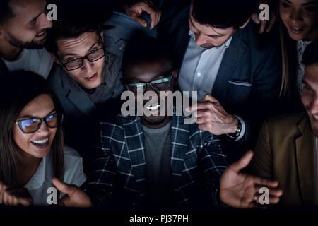 Aus der Nähe. Ein erfolgreiches Business Team schaut auf den Bildschirm mit Leidenschaft - Stockfoto