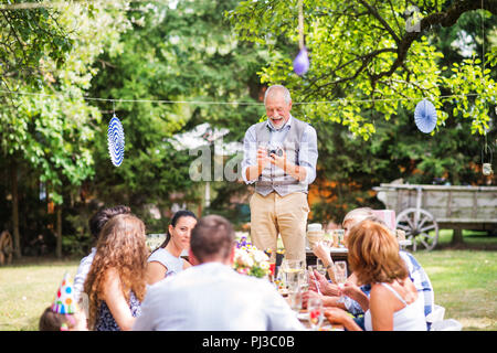 Familienfeier oder eine Gartenparty außerhalb im Hinterhof. - Stockfoto