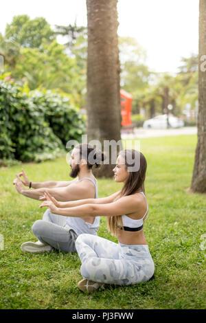 Junges Paar beim Yoga im freien - Stockfoto