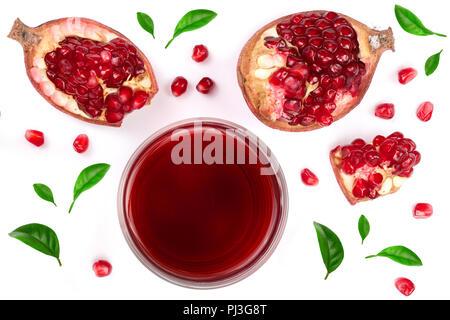 Ein Glas Granatapfelsaft mit frischer Granatapfel Obst mit Blättern auf weißem Hintergrund eingerichtet. Ansicht von oben. - Stockfoto