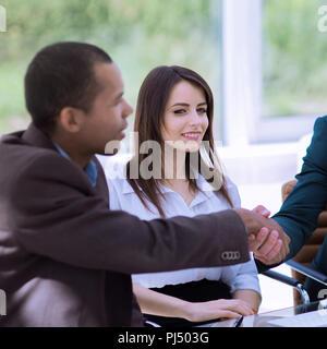 Handshake International Business Partner auf einem Schreibtisch - Stockfoto