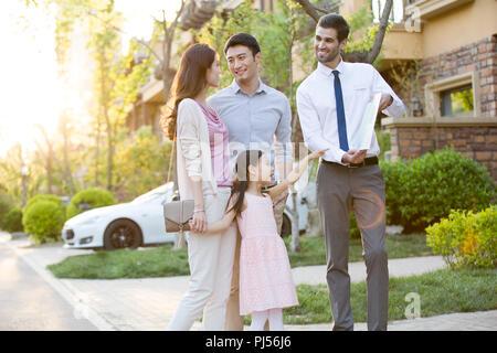 Glückliche junge Familie und real estate agent - Stockfoto