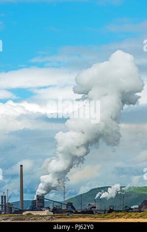 Port Talbot Steel Works emitting waberndem Dampf, die in regelmäßigen Abständen mit Zeitschaltung