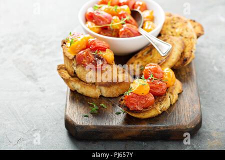 Gerösteten Tomaten Bruschetta mit Thymian auf knoblauchbrot - Stockfoto