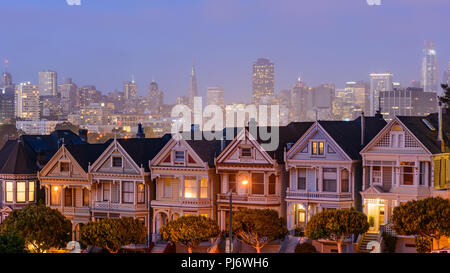 nachtansicht der distelfalter viktorianischen h user am alamo square san francisco kalifornien. Black Bedroom Furniture Sets. Home Design Ideas