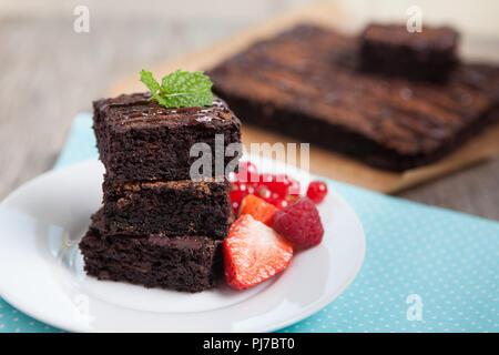 Gesund glutenfreie Brownies mit Süßkartoffel und Kokos Mehl gemacht. Paleo Stil brownies auf einem Holztisch, selektiver Fokus - Stockfoto