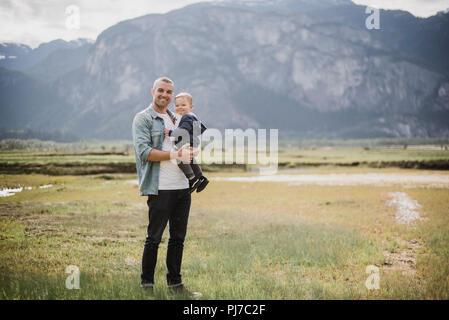 Portrait Vater und Sohn im ländlichen Bereich - Stockfoto