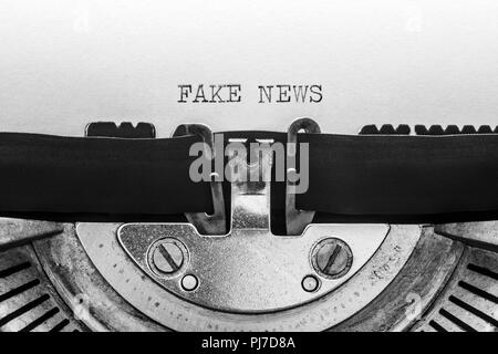 Gefälschte Nachrichten auf einer alten Schreibmaschine - Stockfoto