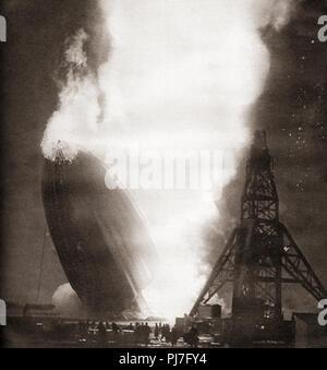 Die Hindenburg disaster, 6. Mai 1937. Die deutsche Passagier Luftschiff LZ 129 Hindenburg fing Feuer und wurde zerstört, während versuchend, Dock mit seinen Liegeplatz Mast auf der Naval Air Station Lakehurst, Manchester Township, New Jersey, Vereinigte Staaten von Amerika. Von diesen enormen Jahre, veröffentlicht 1938. - Stockfoto