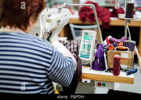 Frau in der Textilindustrie arbeiten - Stockfoto