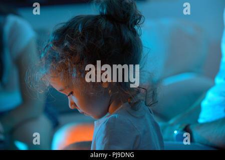 Süße kleine Mädchen mit Tablet-PC in der Nacht - Stockfoto