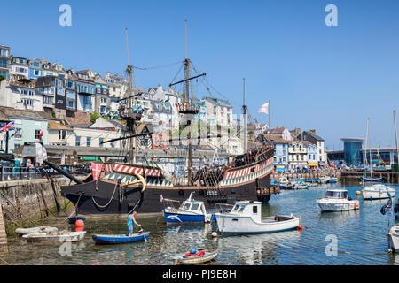 23. Mai 2018: Brixham, Devon, Großbritannien - Das Golden Hind Replik, eine Attraktion im Hafen von Brixham. - Stockfoto