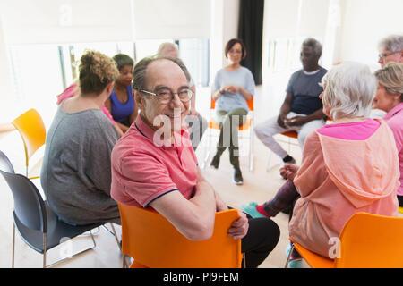Portrait happy Active Senior mann Treffen mit der Gruppe im Kreis in der Mitte - Stockfoto