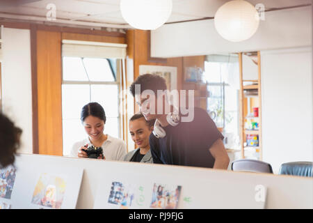 Kreative Designer überprüfung Foto Beweise im Büro - Stockfoto