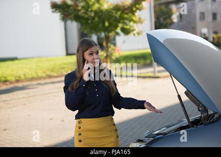 Junge Frau Vor Brocken Auto Stockfoto Bild 217808715 Alamy