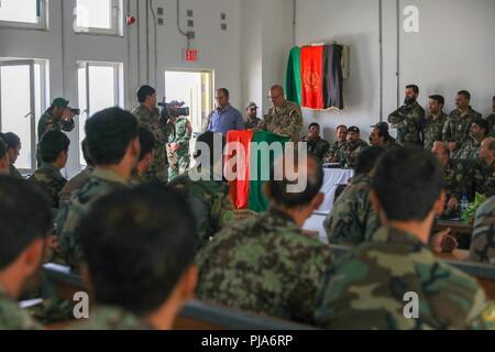 KANDAHAR, Afghanistan (Juli 5, 2018) --U.S. Armee Brig. Gen. Jeffrey Smiley, Zug, Beraten und Unterstützen Command-South Commander, spricht zu den Absolventen von Eagle Strike Unternehmen, 5. Juli 2018, bei der Abschlussfeier des Unternehmens im Camp Hero, Afghanistan. Eagle Strike Unternehmen ist eine neu gegründete Firma, die schnelle Eingreiftruppe aus afghanischen nationalen Armee Soldaten in den verschiedenen Brigaden der 205th Korps, um zu helfen, die Letalität der afghanischen nationalen Verteidigungs- und Sicherheitskräfte zu erhöhen. - Stockfoto