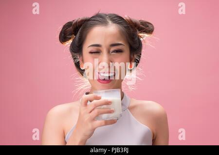Hübsches asiatisches Mädchen trinken Milch mit Glück - Stockfoto