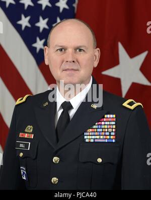 Us-Armee Brig. Gen. Jeffrey eine Puppe, Executive Director Contract Support, Amt der Stellvertretende Verteidigungsminister (Erhaltung), stellt für einen Befehl in der Armee Portrait Portrait Studio in das Pentagon in Arlington, Virginia, 24. Juli 2018. - Stockfoto