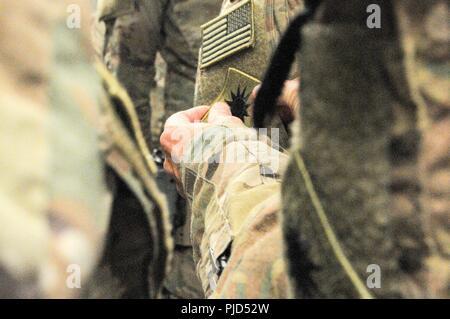 Us-Armee Soldaten der 40th Infantry Division, Kalifornien Nationalgarde, erhalten ihre Bekämpfung Patch von U.S. Army Brig. Gen. Jeffrey Smiley, Kommandierender General für Zug, Beraten und Unterstützen Command-South, 15. Juli 2018, während eines Patches Zeremonie in Kandahar Airfield, Afghanistan. Die Gruppe der 40th Inf. Div. Soldaten bilden die zentrale Personal für Taac - Süd, die auf die Ausbildung und Beratung der afghanischen Sicherheitskräfte konzentriert und die Unterstützung bei der Terrorismusbekämpfung. - Stockfoto