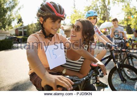 Glückliche Mutter und Sohn vorbereiten für Radrennen am Sommer, der Nachbarschaft Block Party - Stockfoto