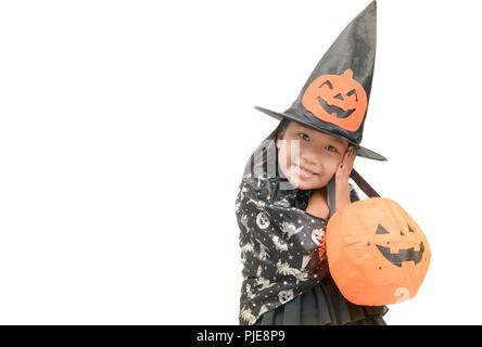 Lustig kind Mädchen in Hexe Kostüm für Halloween mit Kürbis Jack isoliert auf weißem Hintergrund - Stockfoto