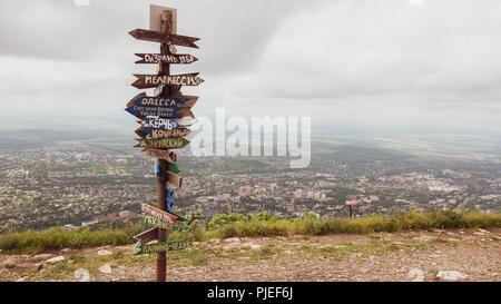 Spalten mit Richtung und Entfernung zu Städten. Woodwn Spalten - Stockfoto