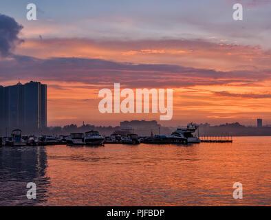 Sonnenuntergang nach einem schweren Regen in St. Petersburg. - Stockfoto