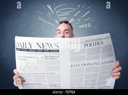 Verwirrt Geschäftsmann Holding große Zeitung - Stockfoto