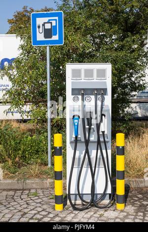 Ladestation für Elektrofahrzeuge, mit Kabel und Stecker für verschiedene Modelle, auf einer Raststätte, Deutschland - Stockfoto
