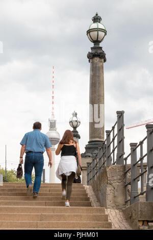 Berlin, Deutschland - 5 September, 2018: Blick auf den Fernsehturm, Wahrzeichen von Berlin, und alten Straßenlaternen mit Passanten auf dem Foto, Deutschland. - Stockfoto