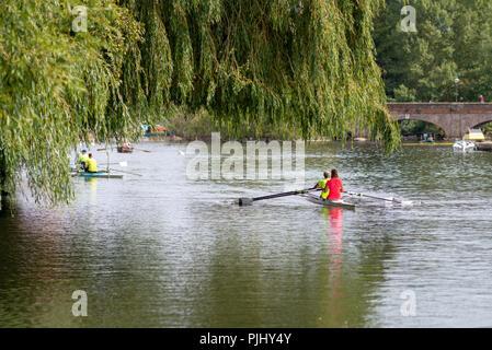 Racing Boote unter Willow Tree mit gewölbten Brücke im Hintergrund - Stockfoto
