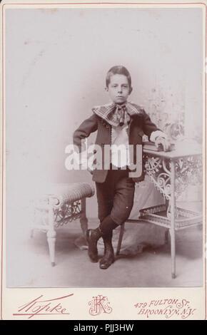 Viktorianische Brooklyn, New York Kabinett Karte von einem Jungen das Tragen modischer Bekleidung - Stockfoto