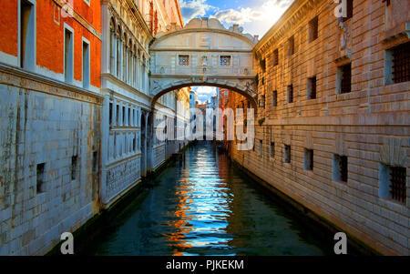 Seufzerbrücke in Venedig bei Sonnenaufgang, Italien - Stockfoto