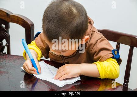 Junge chinesische Toddler kritzeln, mit einem Stift. - Stockfoto