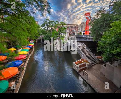 """Der San Antonio River Walk (auch bekannt als """"Paseo del Río) ist ein Netz von Wanderwegen entlang der Ufer der San Antonio River. - Stockfoto"""