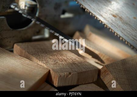 Schließen Sie die elektrische Stichsäge und hand Sägeblätter über Holz- Ziegel - Stockfoto
