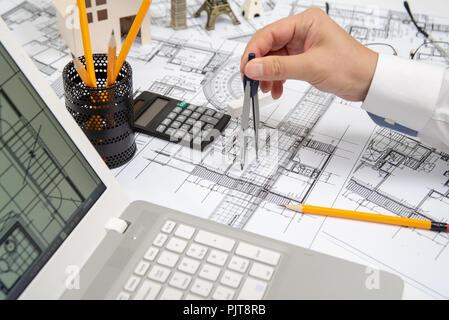 Die Hand eines männlichen Architekten zeichnen die Konstruktion mit einem Bleistift. - Stockfoto
