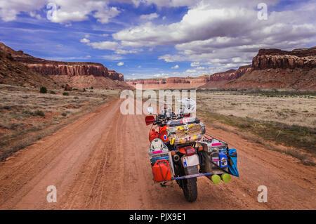 Motorrad auf Trad Climbing route, Indian Creek, Moab, Utah, USA - Stockfoto